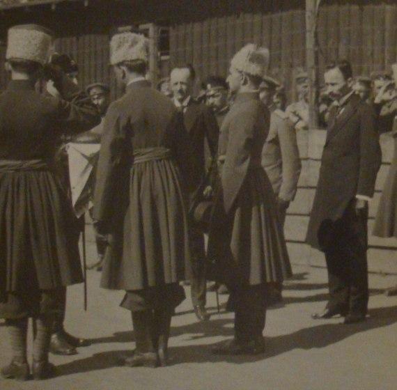 Козаки и старшины встречает советника Гетмана В.Кочубея который приехал в расположение 3-й дивизии Синежупаннцев