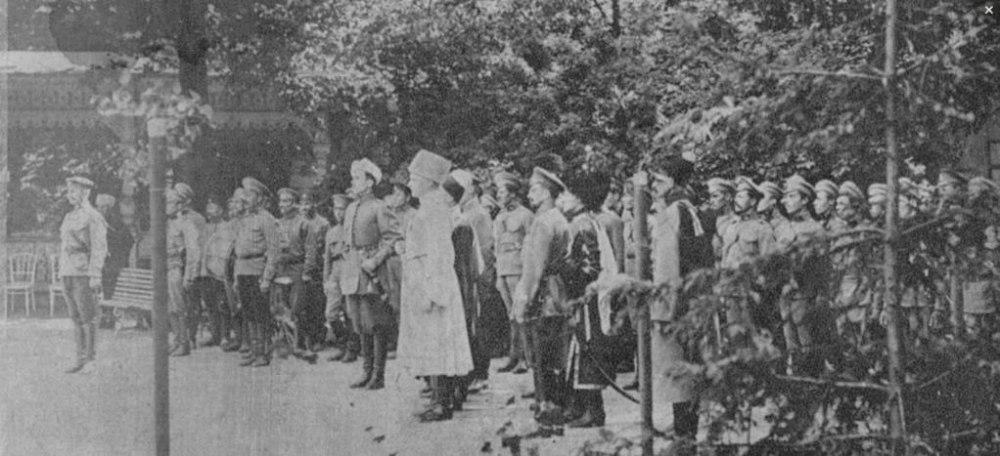 Любенский конно-козачий полк. Скоропадский стоит в центре. 1918 год