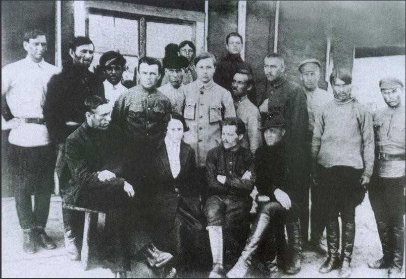 Н. Махно с женой среди украинских эмигрантов в Польше. 1922