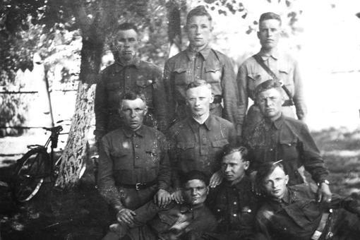 Добровольці Української роти, що діяли при 552 охоронному батальйоні Вермахту проти партизанів на Сумщині, 1942 р..jpg