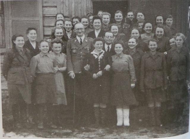 Комиссар Белоруссии фон Готтберг с белорусскими чиновницами.jpg