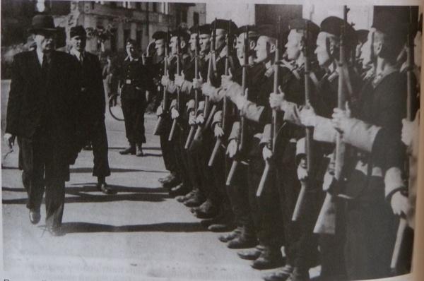 Президент Белоруссии Островский инспектирует местную армию.jpg