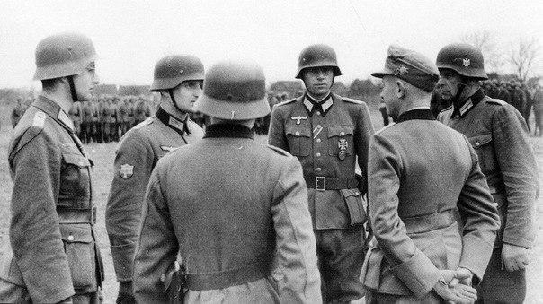 Командиры Украинской Освободительной Армии совещаются с немецкими офицерами по поводу плана отражения атак союзников. Нормандия, 1944 год.